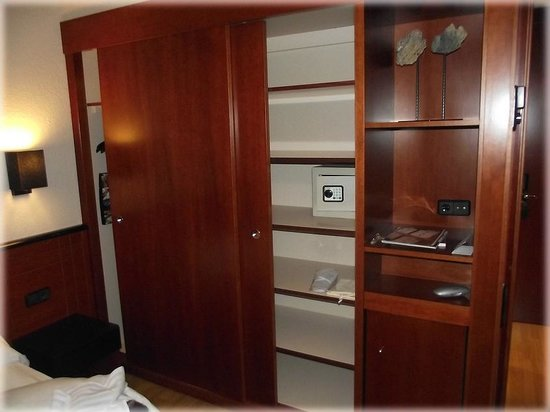 Hotel Derby: Шкаф, сейф в номере