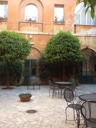 Casa Di Santa Francesca Romana: Innergården...