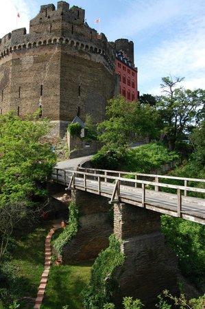 Burghotel Auf Schönburg: Bridge to the parking lot