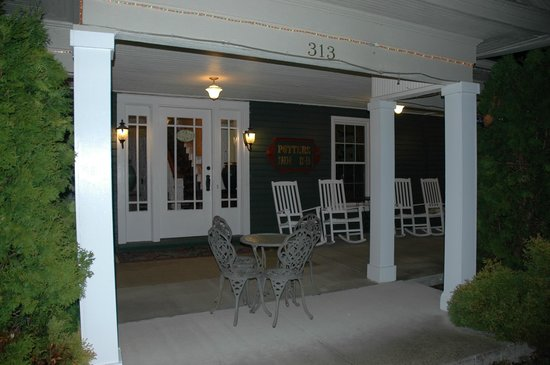 The Potter's Inn: Front Porch at Night - Relaxing and Pretty