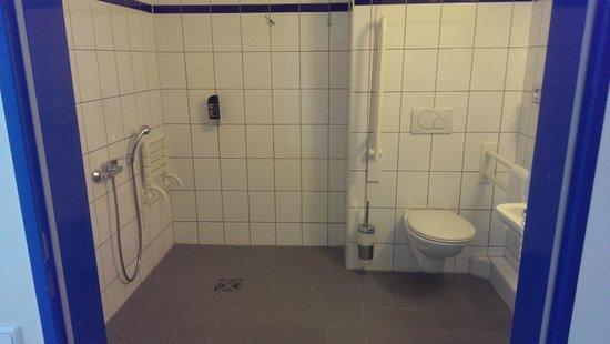 A&O Cologne Neumarkt : Bathroom hospital style