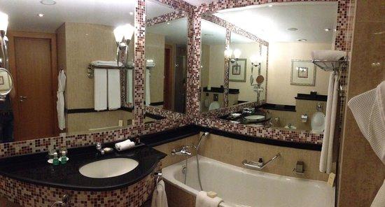 Fairmont Dubai : Fairmont Gold bathroom