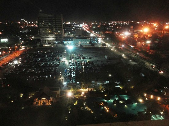 Radisson Blu Cebu: At Night