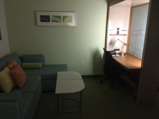 SpringHill Suites Columbia Downtown/The Vista: Couch and Desk