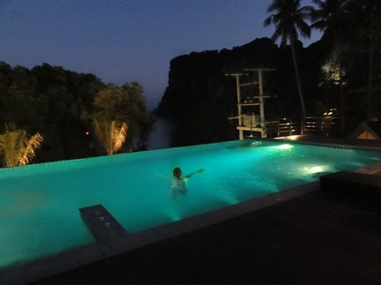 Railay Princess Resort and Spa: pileta a la noche