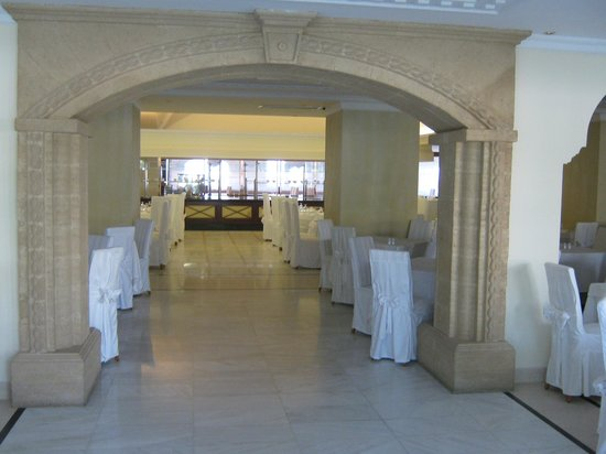 Mitsis Grand Hotel: Entrance to the dining room