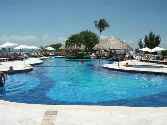 Grand Bahia Principe Cayacoa : Main pool...lovely pool, could be cleaned more often.