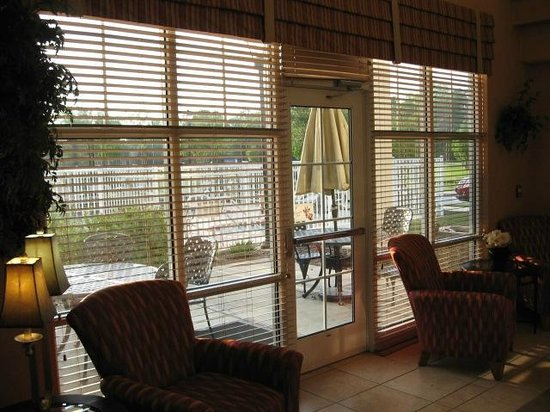 Residence Inn Baton Rouge Towne Center at Cedar Lodge: View from dining area to patio area
