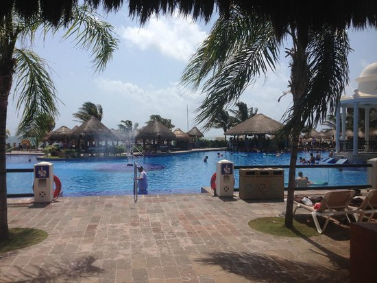 Now Sapphire Riviera Cancun: Main pool with swim up bar