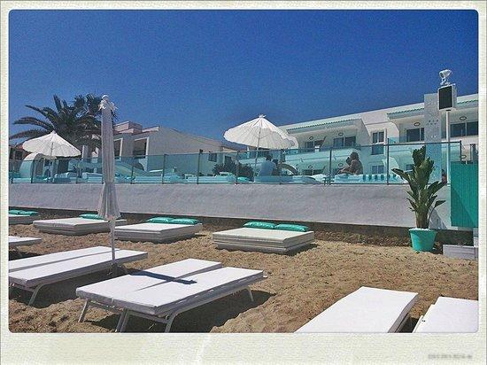 Santos Ibiza Suites: entrada al hotel desde la playa