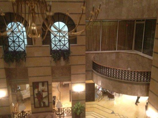 Imperial Palace Hotel: Planta primera con cortinas.