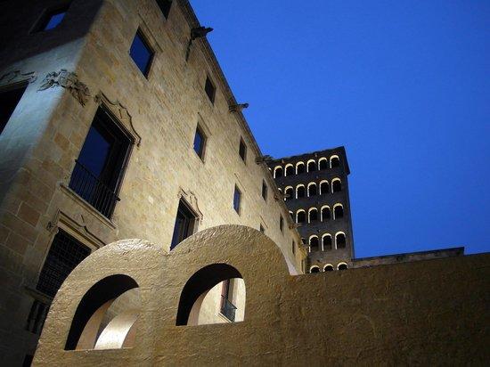 Museu d'Historia de Barcelona - MUHBA: Escultura Chillida i Torre del Rei Martí