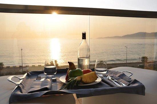 Radisson Blu Resort & Spa, Ajaccio Bay : Coucher de soleil sur notre terrasse et plateau d'accueil