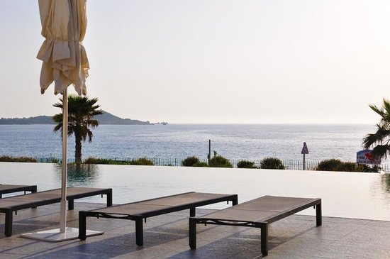 Radisson Blu Resort & Spa, Ajaccio Bay : Vue de la piscine à débordement de l'hôtel