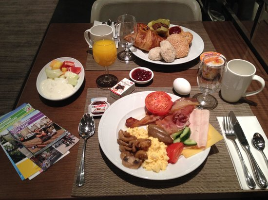 Hilton Rotterdam: Nice breakfast, just no champagne or cakes as in other Hilton's.