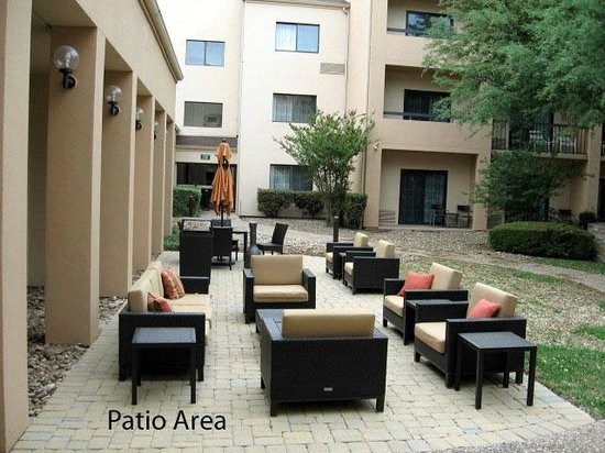 Courtyard San Antonio Medical Center: Patio in courtyard