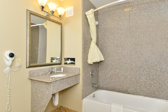 Comfort Inn & Suites : Handicap Bathroom
