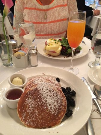 Sarabeth's Central Park South : Lemon Ricotta Pancakes, Eggs Benedict, and a Bellini