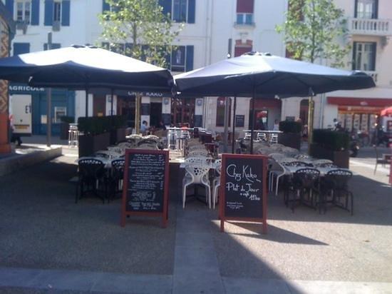 Chez kako : terrasse sur la place du marche de st jean de luz