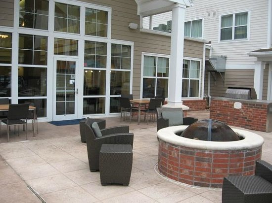 Residence Inn New Orleans Covington/North Shore: Fire pit and back entrance to lobby