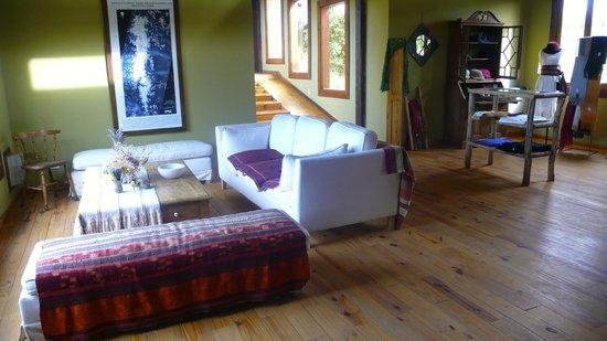 Hosteria La Estepa: Un des confortables salons sous les toits