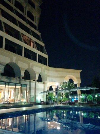 Sun-n-Sand Pune: L' hotel visto dalla piscina