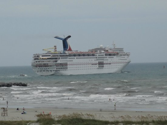 Holiday Inn Club Vacations Cape Canaveral Beach Resort: Cruise ship leaving port (view from our balcony)