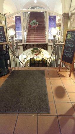König von Flandern: Entrance steps