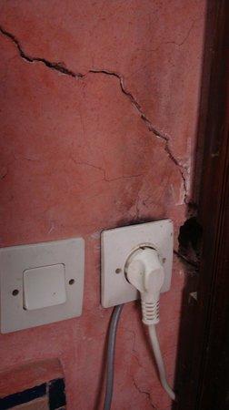 Riad Arabesque: Prise électrique court-circuitée