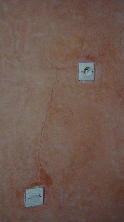 Riad Arabesque: Prises électriques près de la baignoire
