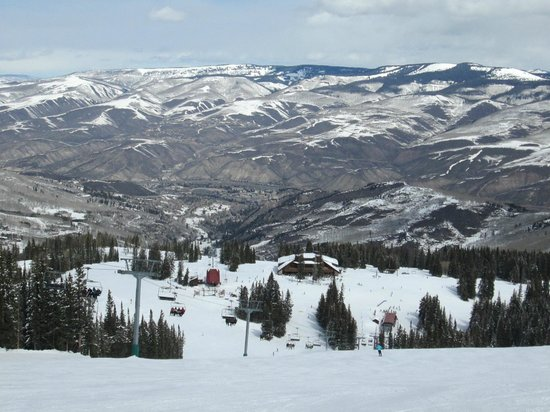Beaver Creek Ski Area: Great view looking down on the mid-mountain restaurant and top of the chair lift