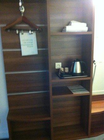Holiday Inn Express Marseille-Saint Charles: Bedroom furniture