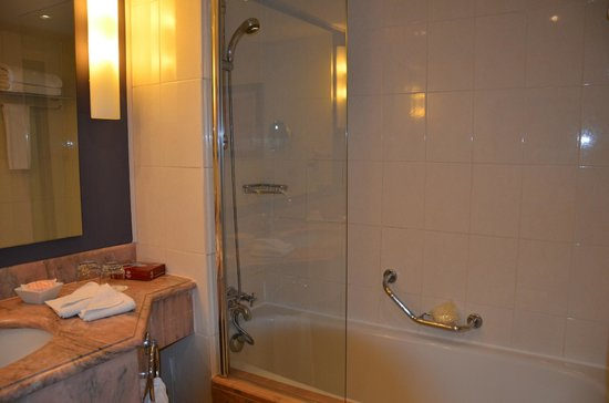 Steigenberger Hotel Maslak Istanbul: baignoire
