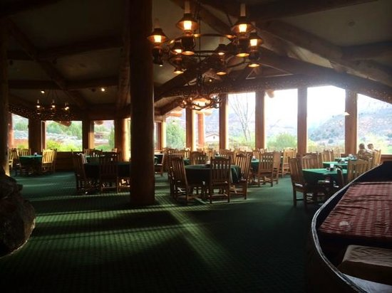 Majestic View Lodge : The dining room had almost 360 window views
