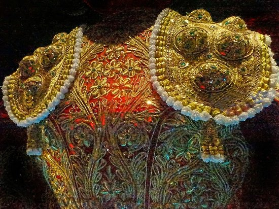 Arènes de Nîmes : The ornate jacket of a bullfighter in the small bullfighting museum