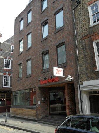 Tune Hotel - London, Liverpool Street: Entrada del hotel, a una manzana te encuentras con la gran calle Bishopsgate,
