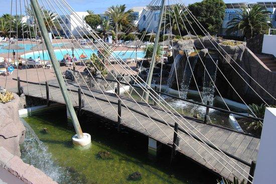 HL Paradise Island : pont allant de la piscine au restaurant