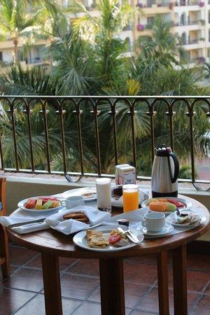 Velas Vallarta : A delicious breakfast on our balcony.