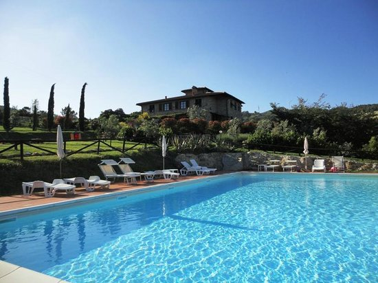 Relais Poggio del Melograno: Swimmingpool and Relais