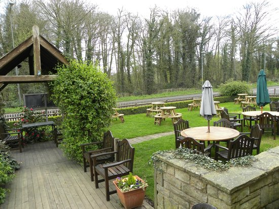 The Island Pool: Lovely Outdoor Dining Area