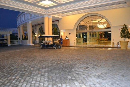 Iberostar Grand Hotel Paraiso: ingang plus de golfkarretjes die je overal heen brengt