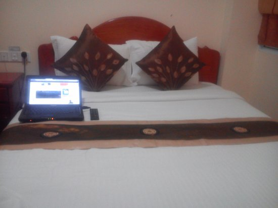 Green Centre Point Inn: The bed was cozy and big. I love it. I slept like a child. lol
