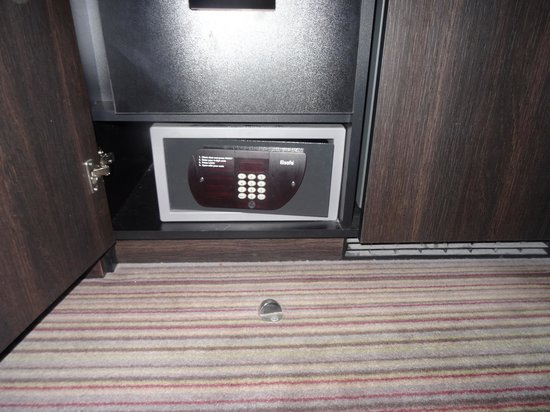 Crowne Plaza Birmingham City Centre: Prepare to get on your knees to use the safe.
