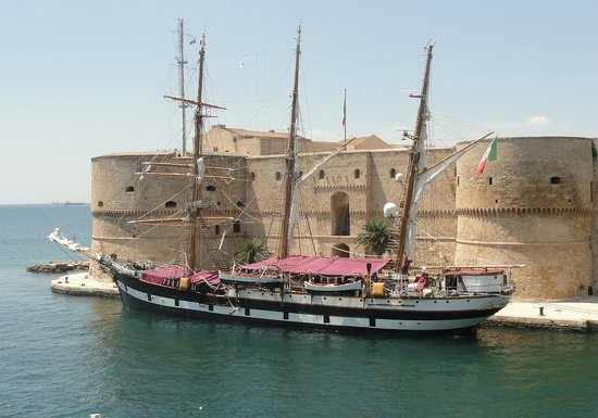 Castello Aragonese Taranto con Nave Scuola Palinuro