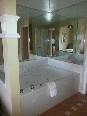 Hilton Grand Vacations at SeaWorld: Bath in King Room