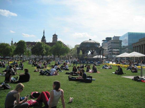 Palace Square (Schlossplatz) : Schloßplatz beliebter Treffpunkt