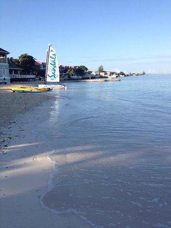 beach looking towards Bayside restaurant & Almonds Bldg