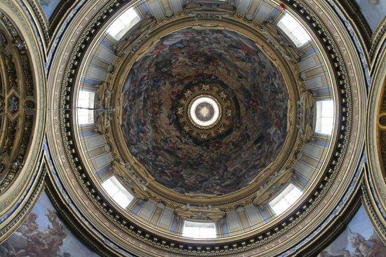 Vista interna della cupola della chiesa in piazza navona