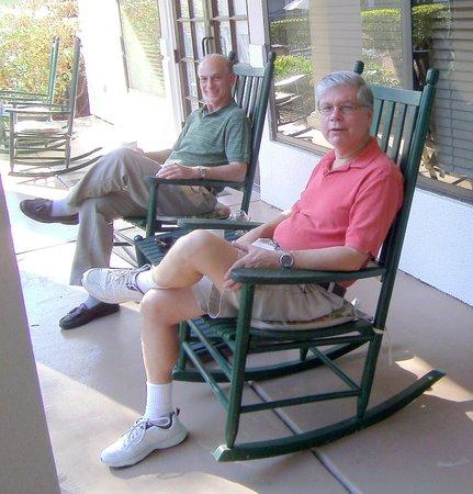 Hampton Inn & Suites Wilmington/Wrightsville Beach: outdoor rocking chairs