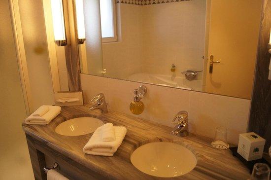 Hostellerie des Châteaux & Spa : salle de bain de la suite